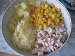 салат из курицы с ананасом и сыром