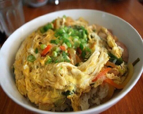 Японский омлет с курицей и рисом
