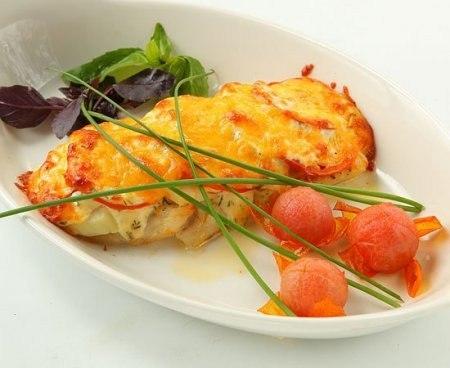Вкуснейшая рыбка, запеченная с помидорами и сыром