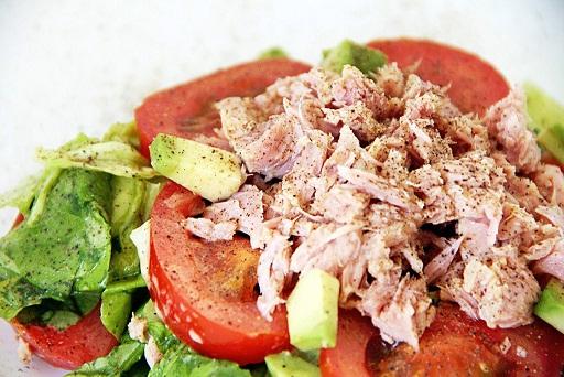 Питательный овощной салат с тунцом