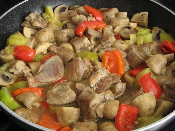 Бедро индейки с овощами