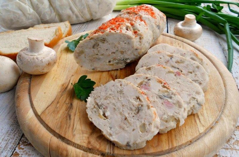 Диетическая куриная колбаса с грибами