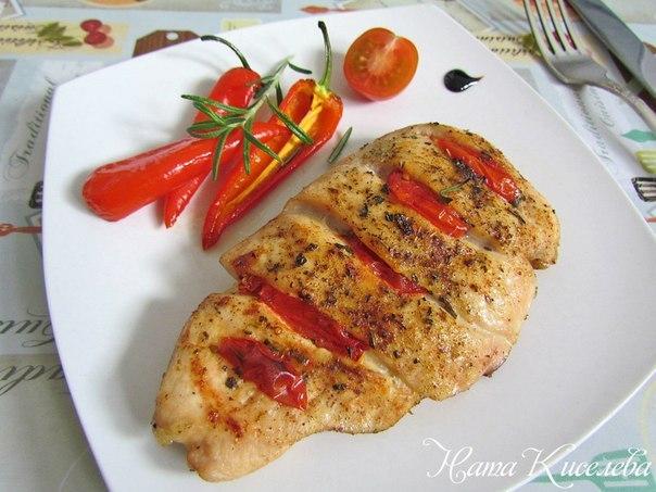 Куриная грудка, запеченная с помидорами и розмарином