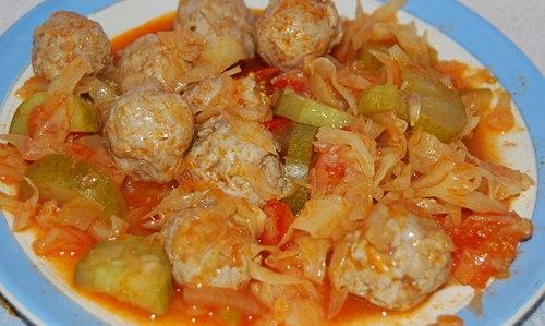 Куриные тефтели тушеные в томатном соусе с капустой