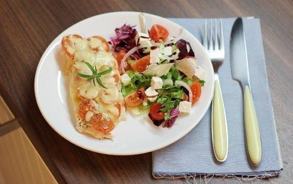 Курица под помидорами и сыром