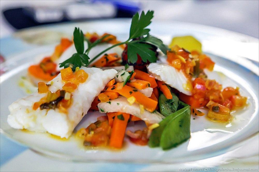 Нежная рыба, тушеная с овощами