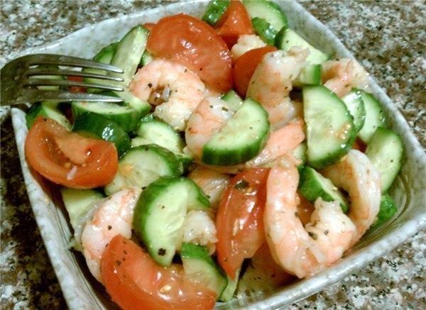 Салат из креветок с огурцами и помидорами
