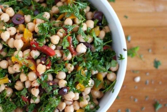 Салат из нута, перца и оливок