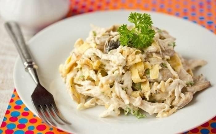 Салат с курицей, омлетом и грибами