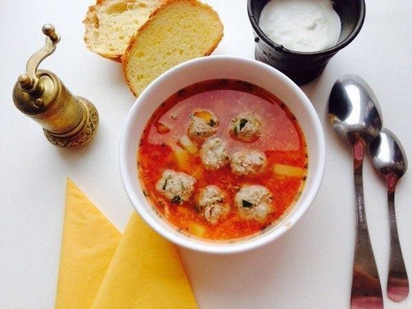 Суп с фрикадельками и томатным соком
