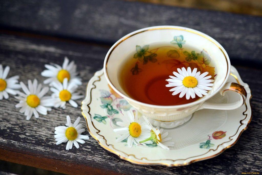 Чай с ромашкой, лимоном, яблоком и мёдом