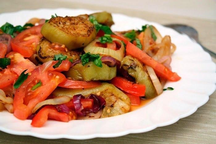 Простой и вкусный салат из баклажанов