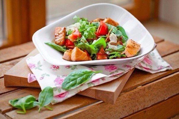 Салат с кусочками семги