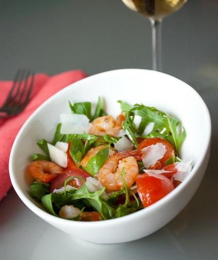 Салат из креветок, руколы и томатов