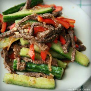 мясо по корейски с огурцами и перцем