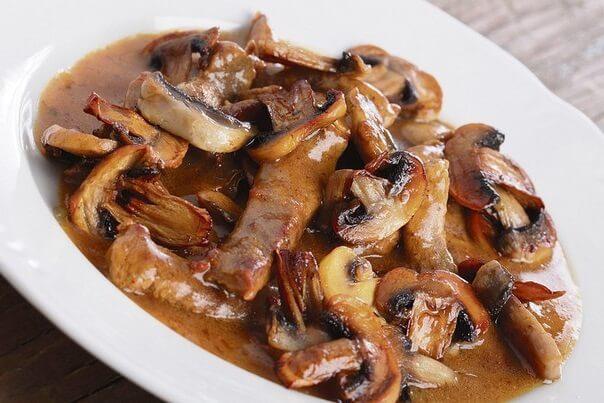 Вкуснейшая говядина с соусом и грибами