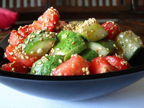 Салат из клубники с огурцом