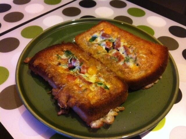 Сендвич с омлетом на завтрак