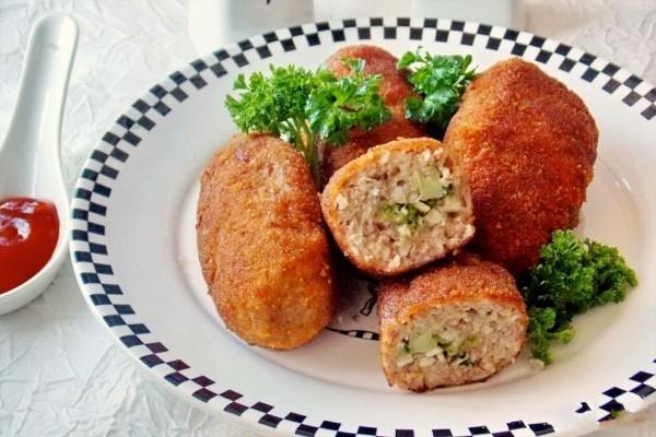 Куриные котлеты с грибами под разными соусами
