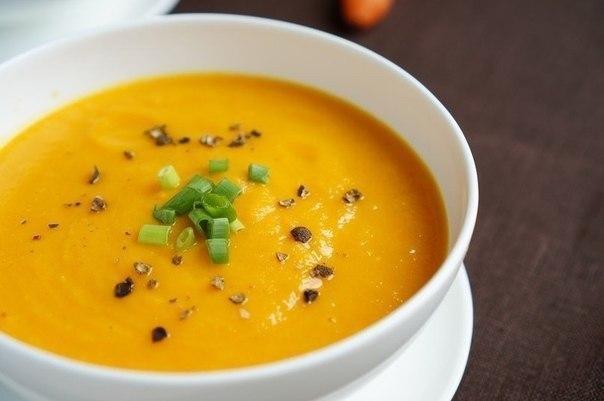 Ингредиенты: Морковь - 6 шт. Лук - 1 шт. Лук порей - 1 стебель Имбирь - 2 см. Чеснок - 3 зубчика Яблоко - 1 шт. Оливковое масло - 30 мл. Овощной бульон - 1,5 л. Приготовление: 1. Для начала очистим морковь и яблоко, нарежем крупными кусочками. Мелко режем лук, имбирь, чеснок. 2. В сотейнике обжариваем на оливковом масле лук до прозрачности, добавляем имбирь и чеснок, ещё 3 минуты и можно снимать. Тем временем бульон должен дойти до кипения. Добавляем в него обжаренный лук и варим минуты 2. 3. Самое время добавить морковь и яблоко. Варить нужно до готовности моркови — проколите её вилкой, если входит легко — всё готово! Слейте большую часть бульон в отдельную ёмкость (она ещё может пригодиться). И погружным блендером пюрируйте суп. Если вам кажется, что он слишком густой — просто добавляйте половниками бульон и продолжайте работать блендером. В итоге должна получиться однородная, очень нежная и ароматная смесь. Что могу сказать, в первый раз прочитав рецепт я засомневался в результате. Мало того, что есть имбирь и яблоко, так ещё всё это нужно превратить в пюре. Но ещё раз повторюсь, попробуйте и этот рецепт останется в вашей копилке. Согласитесь, готовить очень просто, а вкус получается отменный. Приятного аппетита!