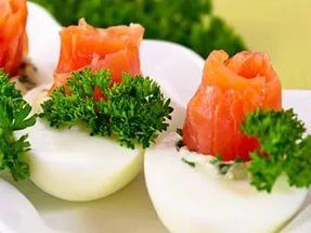 Фаршированные яйца малосоленой семгой