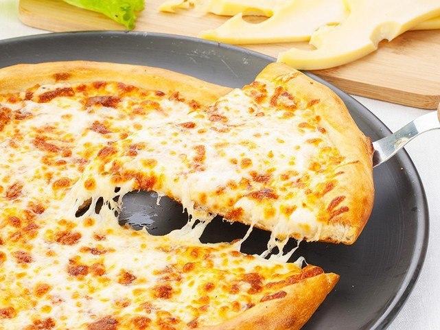 Пицца с творогом и сыром