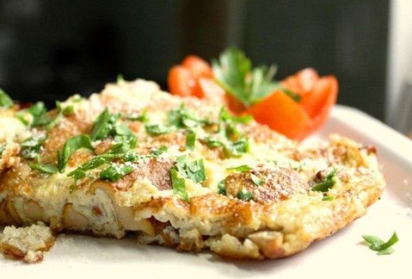 Фриттата с курицей, грибами и помидорами