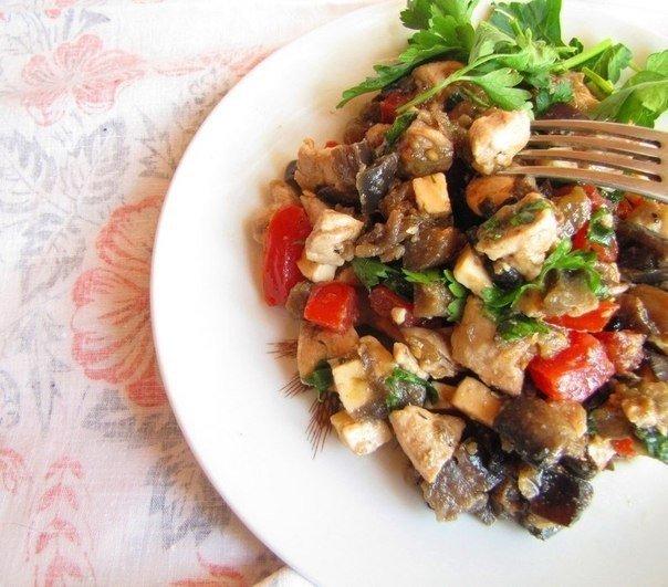 Сочный салат-закуска из баклажанов, курицы и помидоров