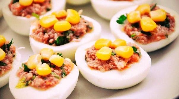 Яйца, фаршированные тунцом и зеленью